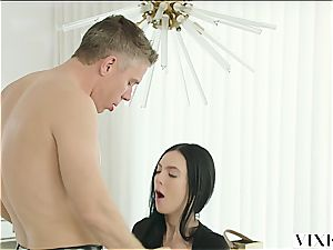 Marley Brinx has an extramarital venture with her manager Mick